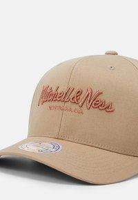 Mitchell & Ness - PINSCRIPT - Keps - khaki/copper - 3