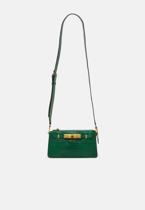 RAFFIE MINI CROSSBODY TOP ZIP - Across body bag - grün