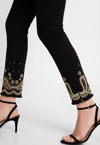 Desigual - DENIM_VIOLETA - Slim fit jeans - black - 3
