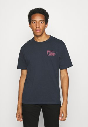 JORNEWPORT BACK TEE CREW NECK - T-shirts med print - navy blazer