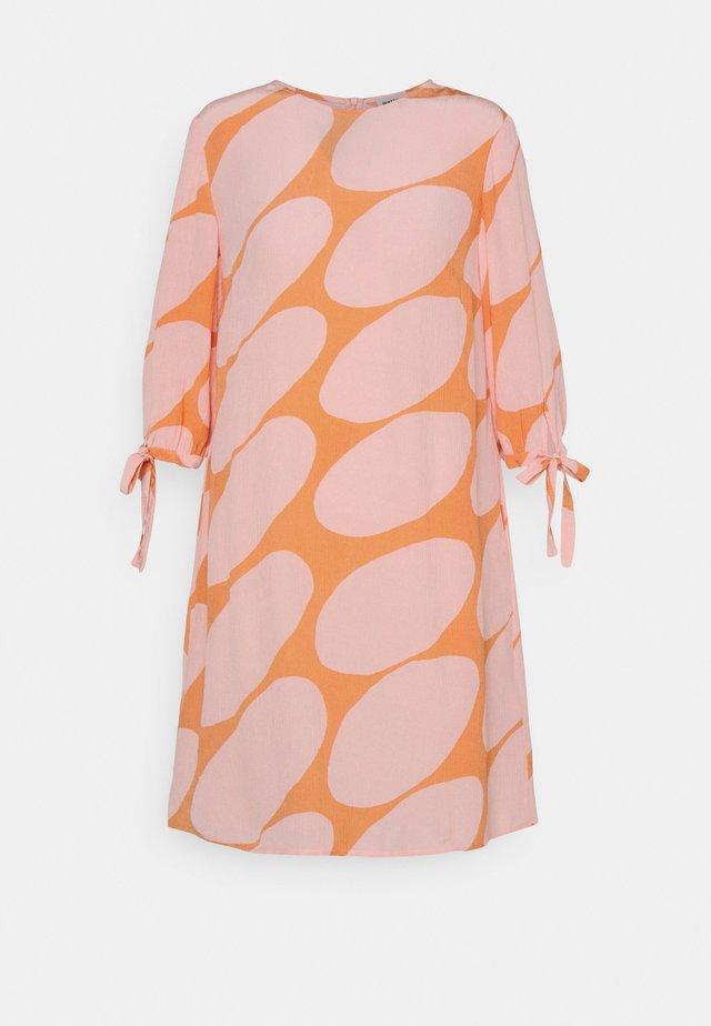 HEHKUU LINSSI DRESS - Vestito estivo - coral/pink