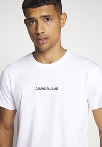 Calvin Klein Jeans - INSTIT CHEST TEE - T-shirt med print - bright white - 5
