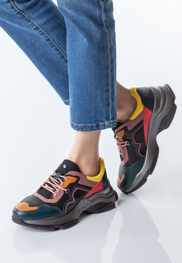 CHUNKY SOLE - Matalavartiset tennarit - black