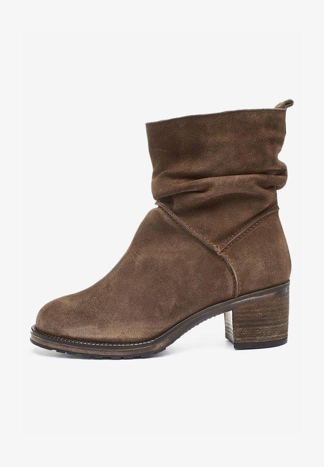 FOREVER COMFORT SLOUCH PULL-ON - Korte laarzen - brown