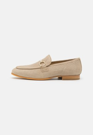 SLHLEO SUEDE HORSEBIT LOAFER - Mocasines - sand