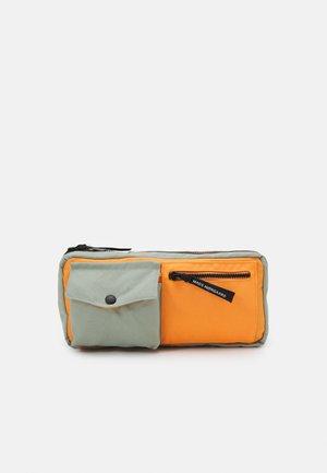 BEL COLLAGE CARNI MILI UNISEX - Across body bag - light army/orange