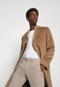 Isaac Dewhirst - WEDDING COLLECTION - SLIM FIT SUIT - Completo - beige - 8