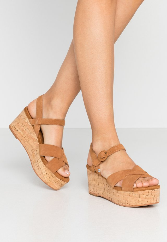 WILLOW - Sandalias con plataforma - brown