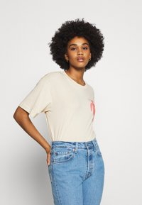 Monki - MAI TEE - Print T-shirt - beige placement print - 0