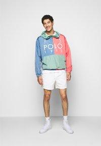 Polo Ralph Lauren - CLASSIC FIT PREPSTER SHORT - Shorts - warm white - 1