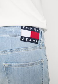 Tommy Jeans - SCANTON - Farkkushortsit - denim light - 5