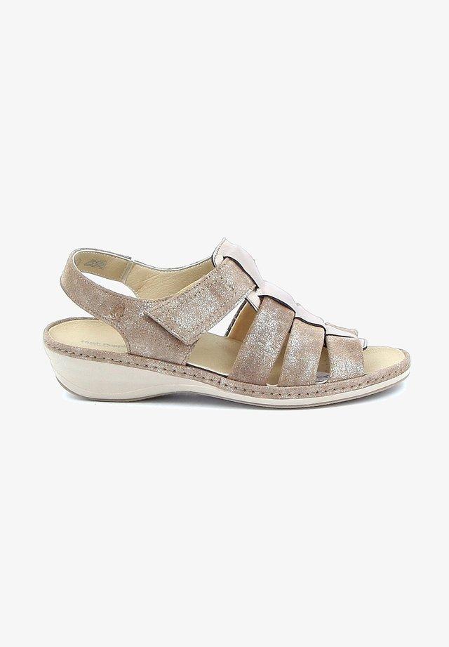 RABYA - Sandalen met sleehak - beige