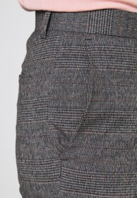 Isaac Dewhirst - CHECKED TROUSER FLAT FRONT - Broek - grey - 3