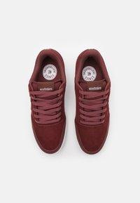 Etnies - MARANA - Skateschoenen - maroon/white - 3