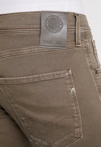 Replay - ANBASS HYPERFLEX - Jeans slim fit - brown - 5