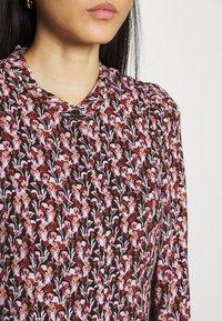 Moss Copenhagen - KAROLA RAYE DRESS - Shirt dress - black/lavender - 5