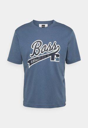 BOSS X RUSSELL ATHLETIC - T-shirt z nadrukiem - bright blue