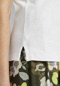 TOM TAILOR - MIT WEITEM AUSSCHNITT - Basic T-shirt - whisper white - 4