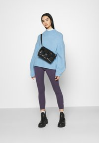 Nike Sportswear - Leggingsit - dark raisin/white - 1