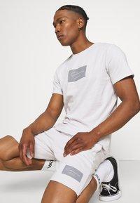 CLOSURE London - BOX LOGO TWINSET SET - Print T-shirt - white - 4
