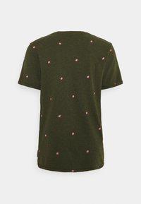 Scotch & Soda - WITH SMALL PRINT - T-shirt med print - dark green/light pink - 1
