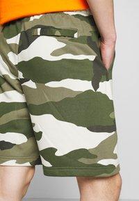 Nike Sportswear - CLUB  - Shorts - medium olive - 5