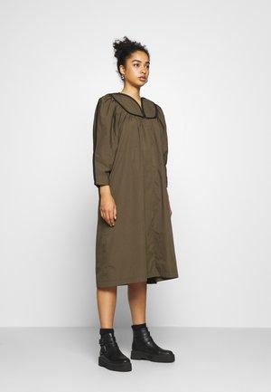 MAMI DRESS - Denní šaty - forrest green