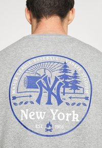 Fanatics - MLB NEW YORK YANKEESSUMMER CAMP GRAPHIC CREW - Sweatshirt - sports grey - 4