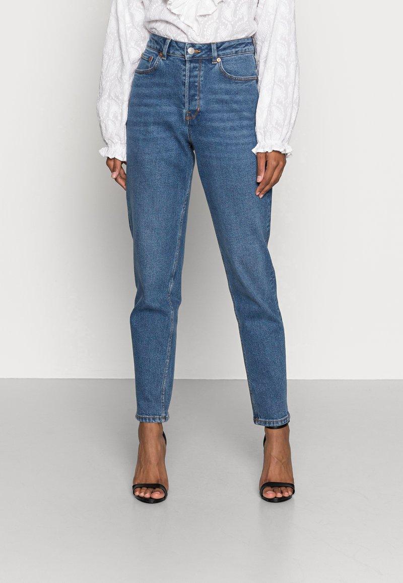 TOM TAILOR DENIM - MOM FIT - Jeans a sigaretta - mid stone bright blue denim