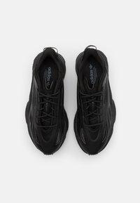 adidas Originals - OZWEEGO CELOX UNISEX - Sneakersy niskie - core black/grey five - 3
