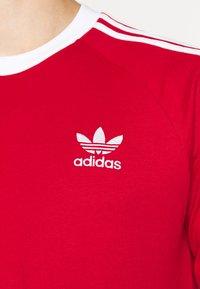 adidas Originals - 3 STRIPES UNISEX - T-shirt à manches longues - scarle - 5