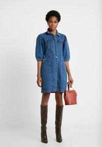 Soft Rebels - SRDEBBIE SHORT DRESS - Robe en jean - everyday mid blue - 2