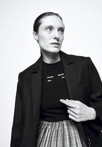 Proenza Schouler White Label - SOLID STRETCH - Print T-shirt - black - 3