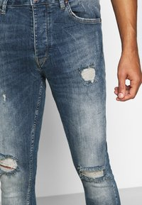 Gym King - FORD RIP AND REPAIR SKINNY JEANS - Jeans Skinny Fit - mid blue - 4