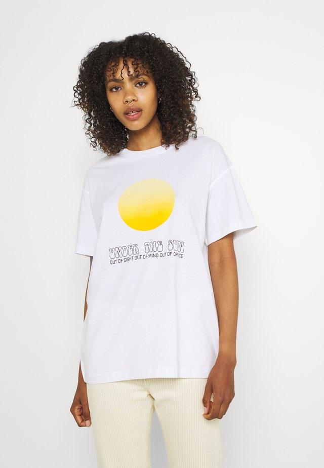 ENKULLA TEE - Print T-shirt - white under