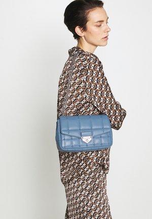 SOHO CHAIN SHLDR - Handbag - denim