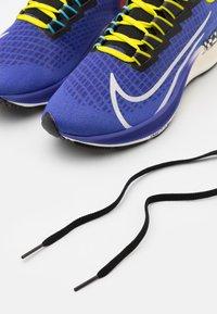 Nike Performance - AIR ZOOM PEGASUS 37 AS UNISEX - Chaussures de running neutres - rush violet/sail/black/bright cactus/baltic blue/team orange - 5