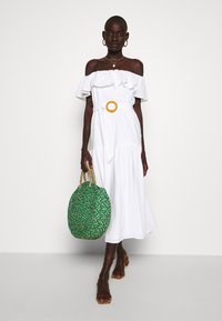 Missguided Tall - BARDOT TIERED SMOCK MIDI DRESS - Denní šaty - white - 1