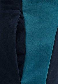 Hummel - ACTION - Sports shorts - dark sapphire/blue coral - 3
