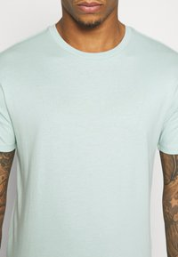 Levi's® - HOUSEMARK GRAPHIC TEE UNISEX - T-shirt con stampa - greys - 5