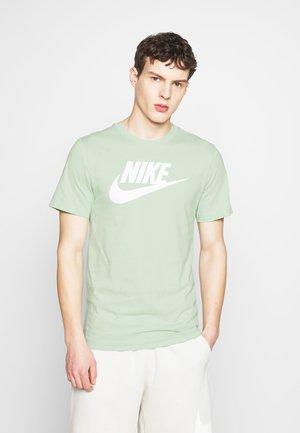 TEE ICON FUTURA - Print T-shirt - pistachio frost/white