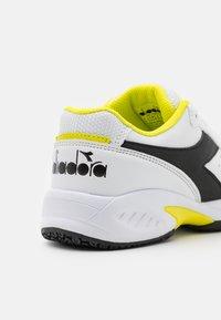 Diadora - S. CHALLENGE 3 JR UNISEX - Zapatillas de tenis para todas las superficies - white/black/sulphur spring - 5