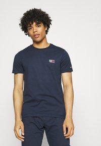 Tommy Jeans - CHEST LOGO TEE - T-shirt z nadrukiem - twilight navy - 0