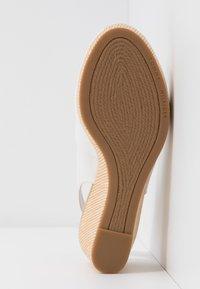 Tommy Hilfiger - ELBA - Wedge sandals - ivory - 6