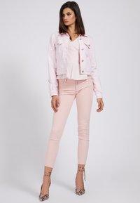 Guess - REGULAR FIT - Denim jacket - hellrose - 1