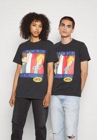 Tommy Jeans - ABO TJU X BEAVIS TEE UNISEX - T-Shirt print - blackout - 0