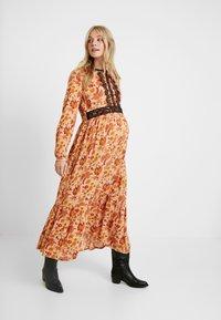 MAMALICIOUS - MLFLORAL DRESS - Vestido largo - sesame - 0