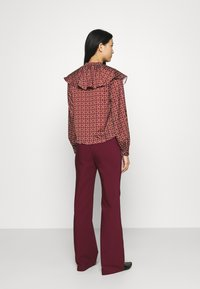 Who What Wear - RUFFLE NECK  - Blouse - maroon mosaic - 2