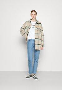 Tommy Jeans - RELAXED AMERICANA TEE - Camiseta estampada - white - 1