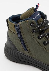 Tommy Hilfiger - Sneakers hoog - military green - 5